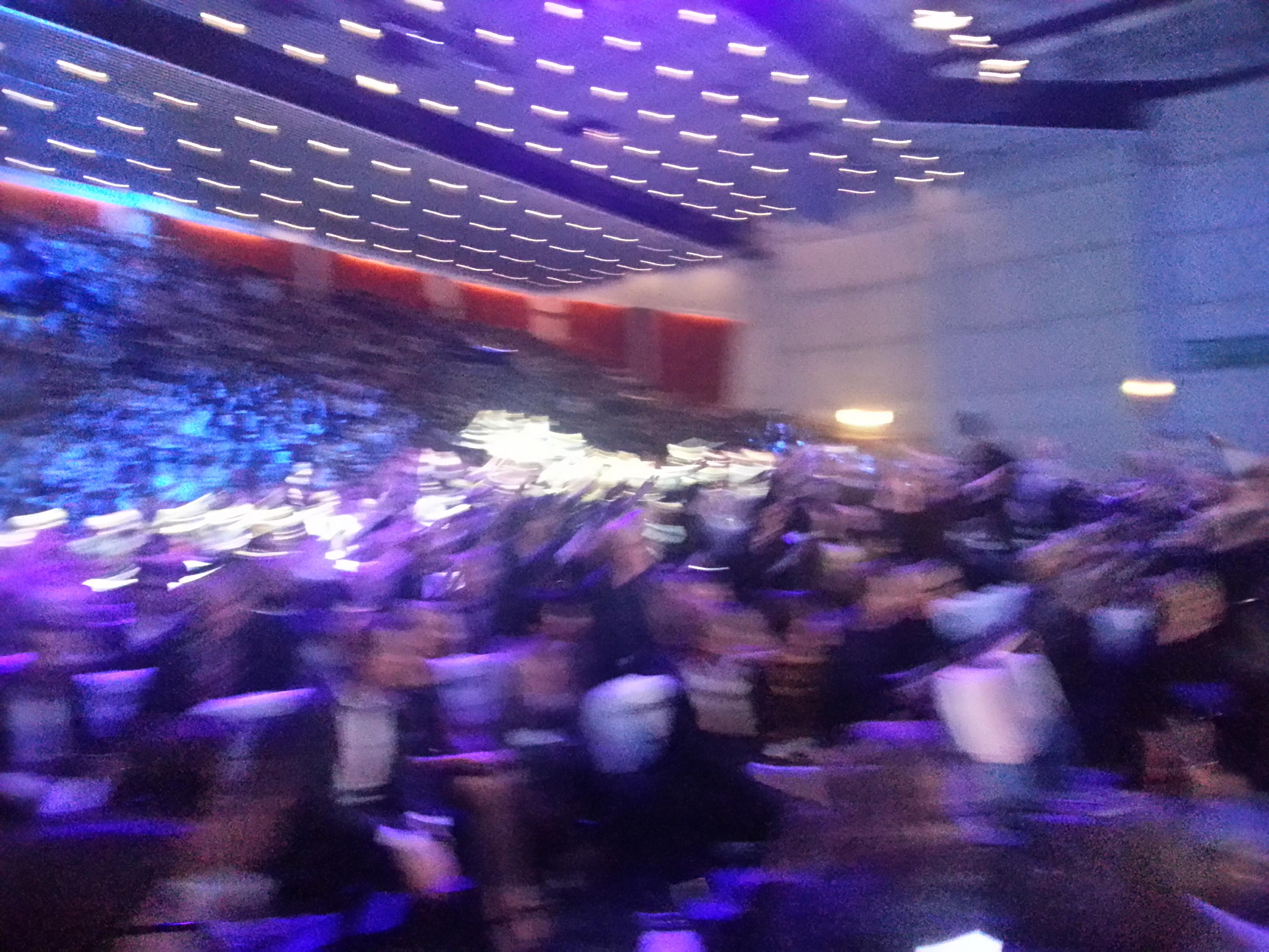 #NBF2014 :n huikea juontaja André Noël Chaker sai koko yleisön tekemään aaltoja 50v täyttäneen Enfo Oyj:n kunniaksi.