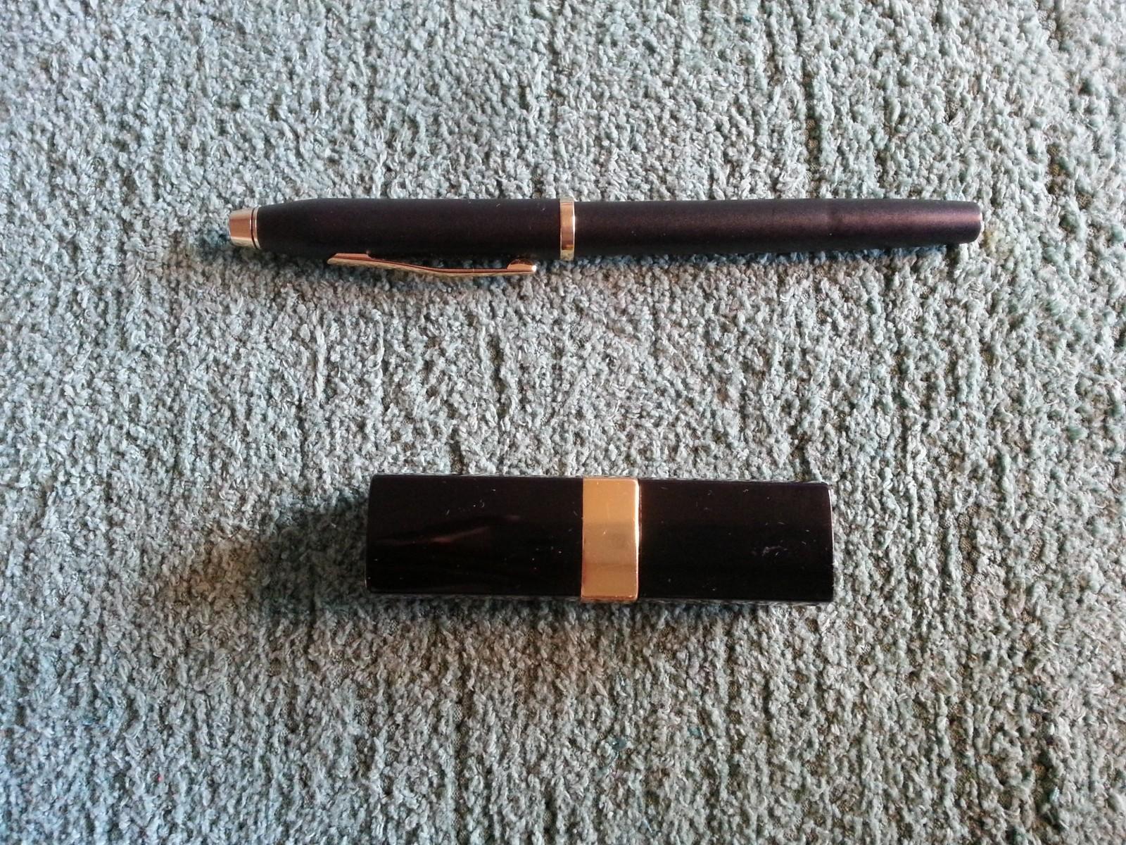 Crossin kynä ja Chanelin huulipuna. Pari vailla vertaa.