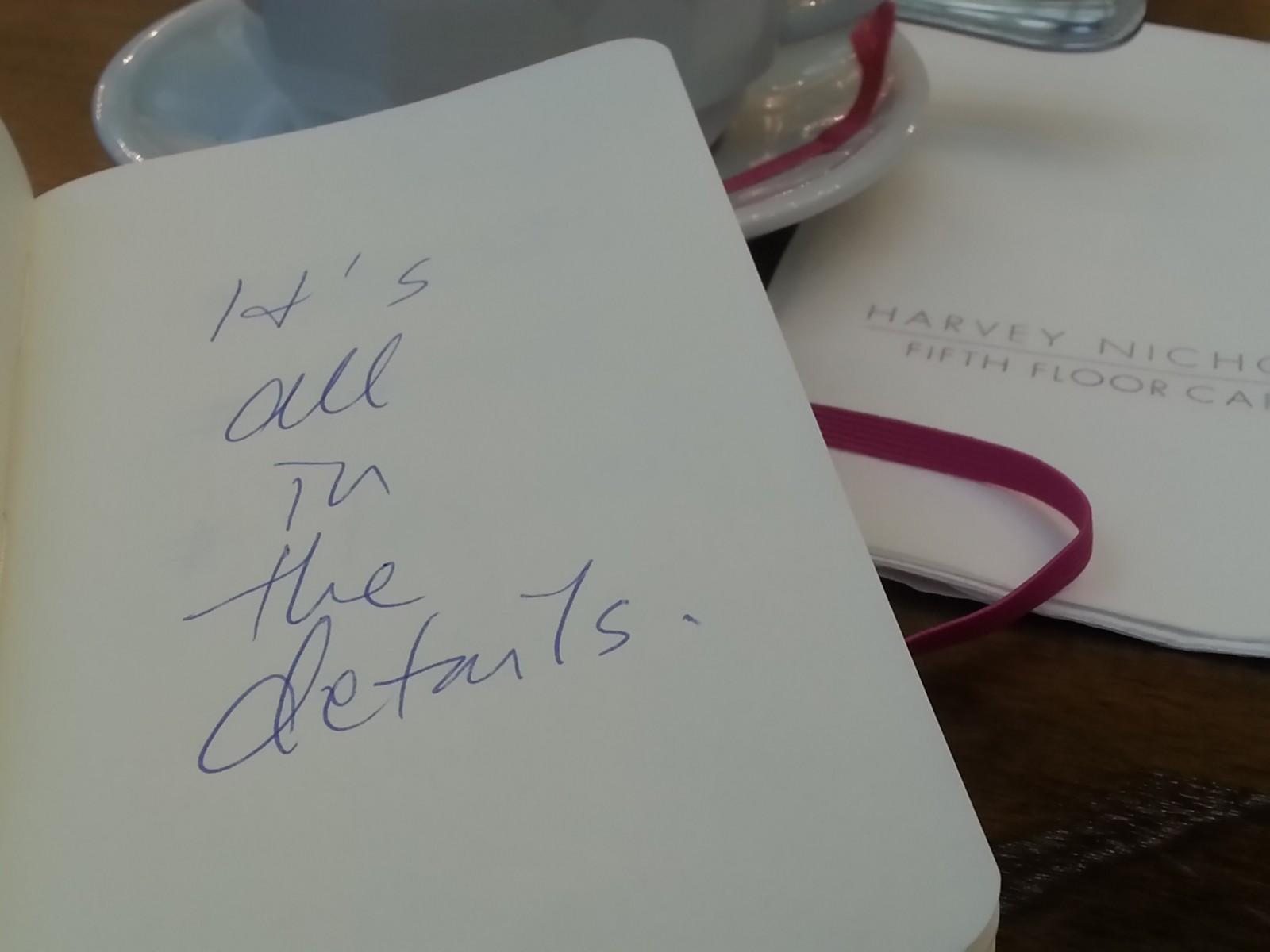Harvey Nicholsin kahviossa kaikki detaljit ovat kohdallaan.